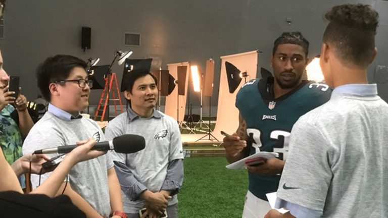 Students from Healthy NewsWorks interview Philadelphia Eagles players  Ron Brooks.(Susan Greenbaum/for NewsWorks)