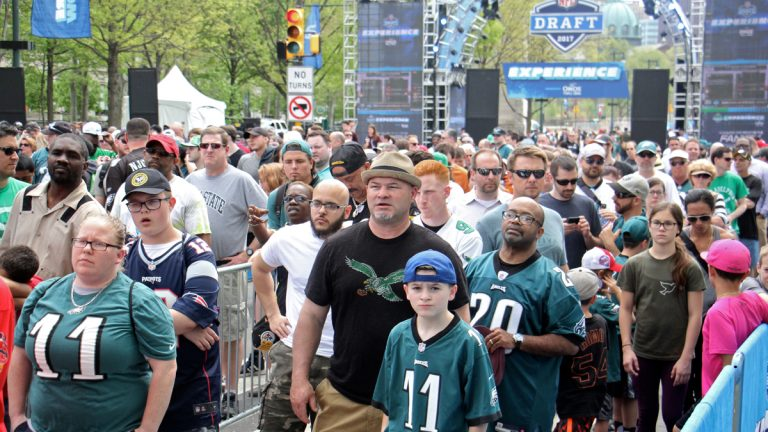 Football fans line up for the NFL Draft Experience on the Ben Franklin Parkway. (Emma Lee/WHYY)