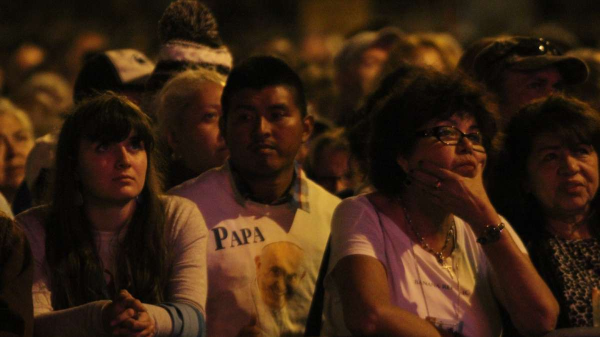 Festival of Families: Pilgrims watch the festivities from the Ben Franklin Parkway in Philadelphia during the 2015 Festival of Families (KImberly Paynter/WHYY)