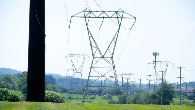 Electrical lines along Devon Park Dr by the King of Prussia Mall. (Nathaniel Hamilton for NewsWorks)