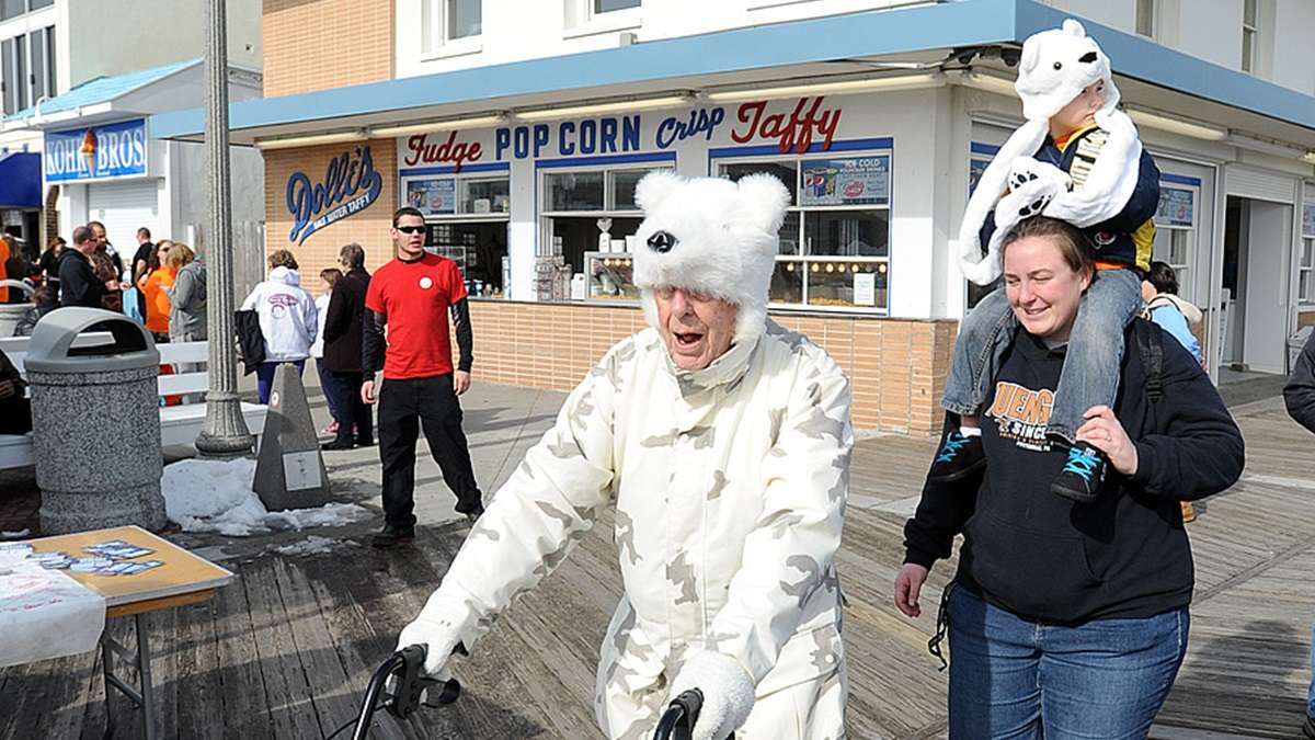 Taking a stroll on the Rehoboth boardwalk past the iconic Dolle's. (Chuck Snyder/for NewsWorks)