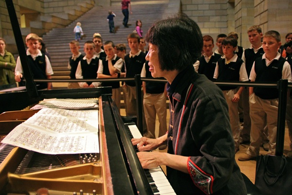 <p>A school group at the Philadelphia Art Museum stops to watch and listen as Margaret Leng Tan prepares a piano for her performance of John Cage's music for film. (Emma Lee/for NewsWorks)</p>
