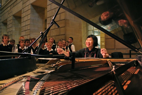 <p>Margaret Leng Tan prepares a piano at the Philadelphia Art Museum for a performance of John Cage's music for film. (Emma Lee/for NewsWorks)</p>
