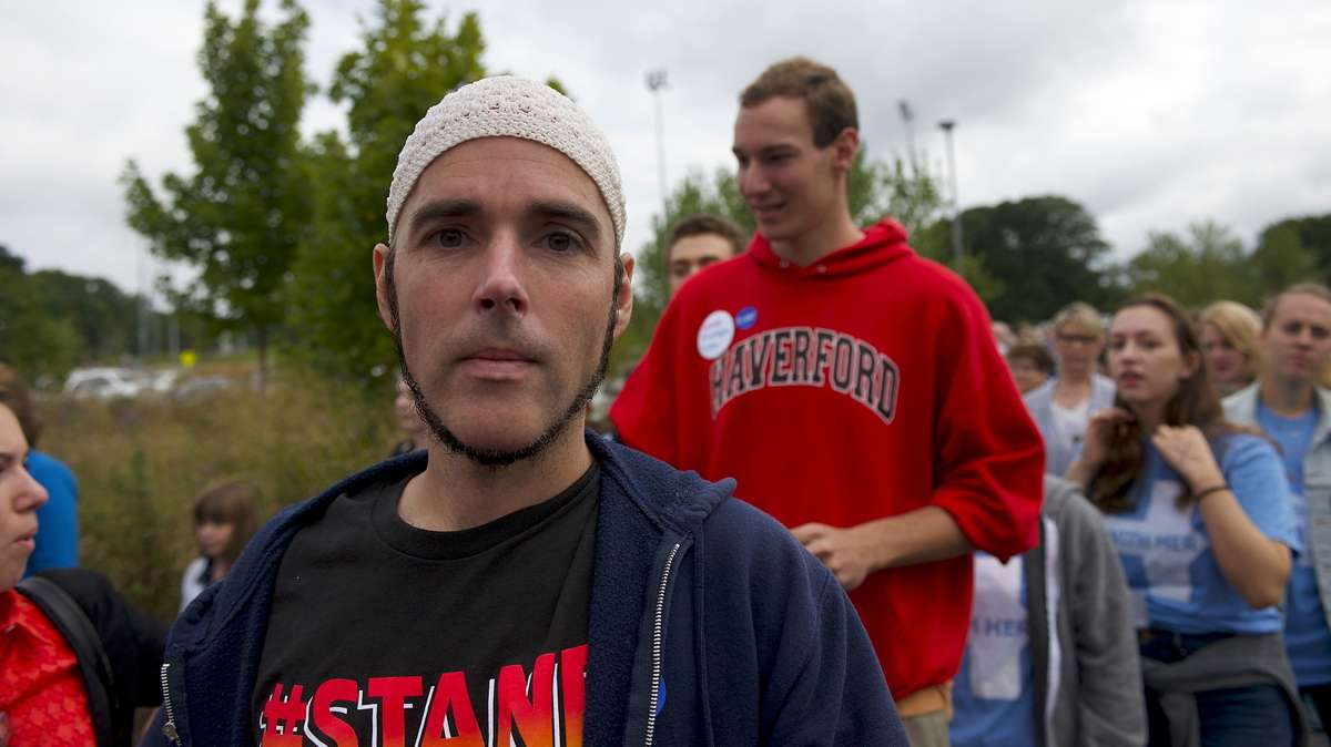 Jonathan Lee Riches waits outside an Oct. 4, 2016, Family Town Hall event with Hillary and Chelsea Clinton, in Haverford, Pennsylvania, where he claims to be a Muslim supporter of the Democratic presidential nominee while the same man was seen three days earlier claiming to be a Muslim supporting Trump at a rally in Manheim. (Bastiaan Slabbers for NewsWorks)