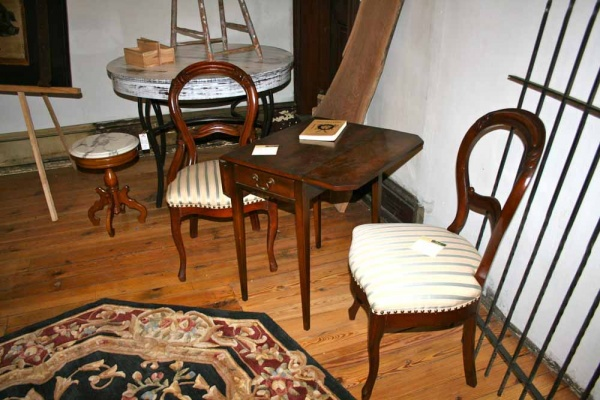<p><p>C. Robert Furniture Concepts showcases thisvintage chair and table set at the Main Street pop-up shop in Manayunk. (Lane Blackmer/for NewsWorks)</p></p>