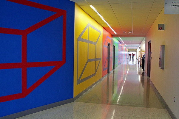 <p>A work by Sol LeWitt runs the length of a hallway at Einstein Medical Center in Montgomery. (Emma Lee/for NewsWorks)</p>