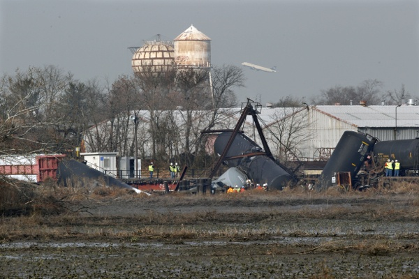 <p>&lt;p&gt;Officials work the scene of derailed freight train tank cars in Paulsboro, N.J. (AP Photo/Mel Evans)&lt;/p&gt;</p>