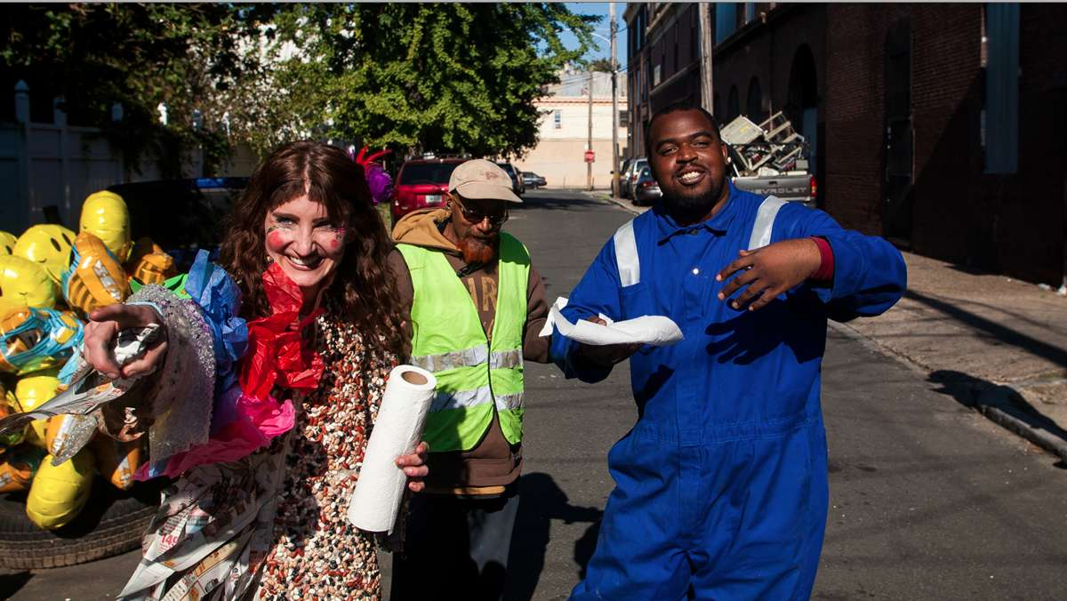 Smiles all around at Happy Trash Day in East Kensington. (Brad Larrison/for NewsWorks)