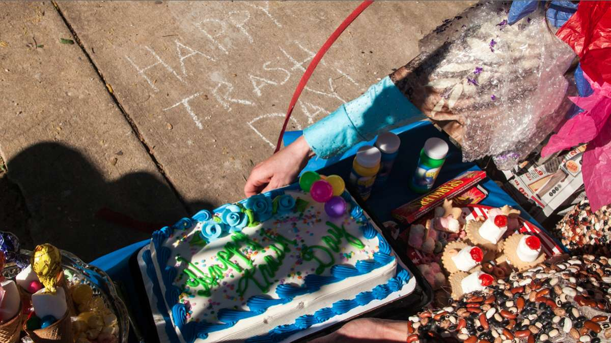 The 'Happy Trash Day' cake. (Brad Larrison/for NewsWorks)
