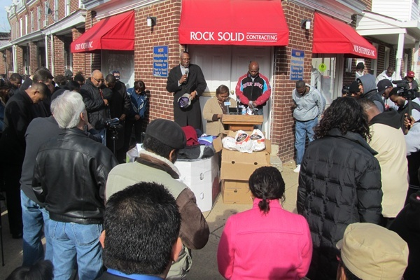 <p>&lt;p&gt;The big crowd gathered for the turkey drive bowed for a prayer of thanks before the food was delivered.&#xA0;(Mark Eichmann/WHYY)&lt;/p&gt;</p>