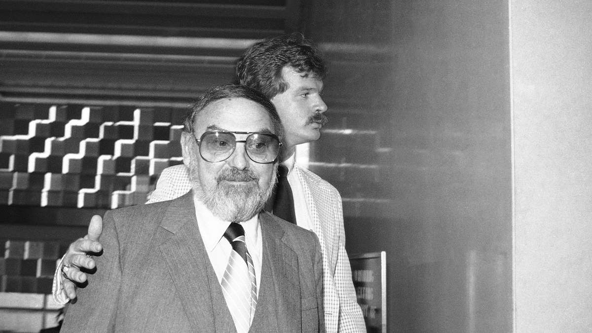 Melvin Weinberg foreground, leaves federal court in Brooklyn, on Tuesday, Aug. 19, 1980. (AP Photo)