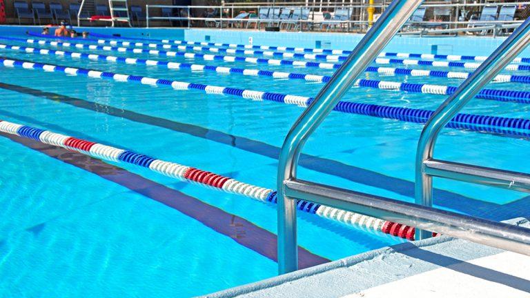 (<a href='https://www.bigstockphoto.com/image-25719701/stock-photo-community-swimming-pool-with-swim-lanes'>CherylCasey</a>/Big StockPhoto)