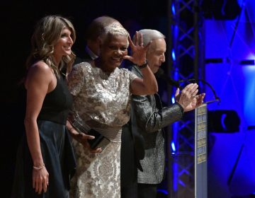Dionne Warwick waves to the crowd while accepting the Marian Anderson award.