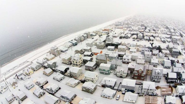 The first snowfall of 2015 in Ocean Beach 2 on January 6. (Photo: JSHN contributor Shane Skwarek‎)