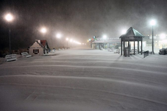 Heavy snow fell on the Rehoboth Beach boardwalk over night. (Chuck Snyder/for WHYY)