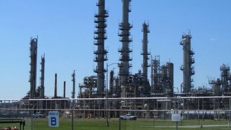 The Delaware City Refinery has agreed to pay a $218,000 penalty for a series of environmental violations. (File/WHYY)