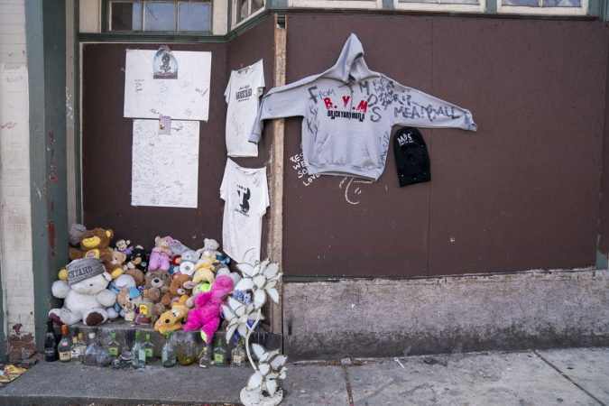 A makeshift memorial on a stoop near Wister Elementary. (Jessica Kourkounis/WHYY)