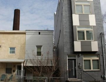 A new house towers over its Northern Liberties neighbors. (Emma Lee/WHYY)