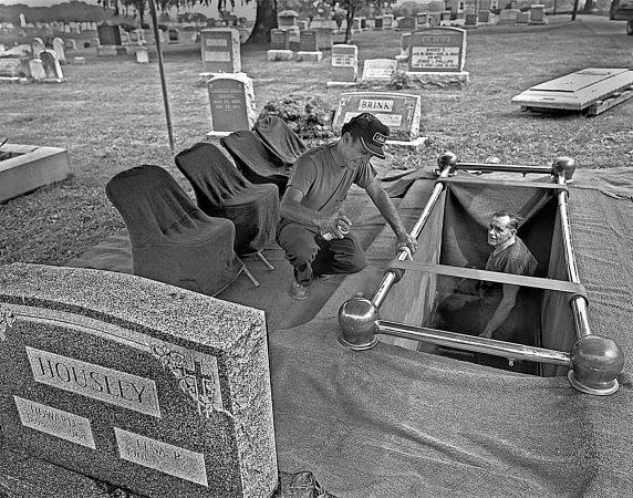 Elsie Housley's grave (© Bruce Katsiff)