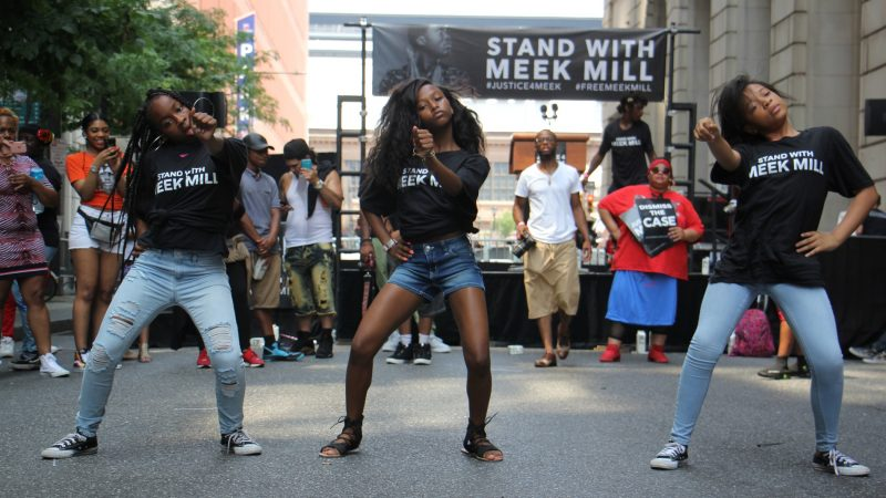Young dancers perform at a rally for Meek Mill outside the Criminal Justice Center. (Emma Lee/WHYY)
