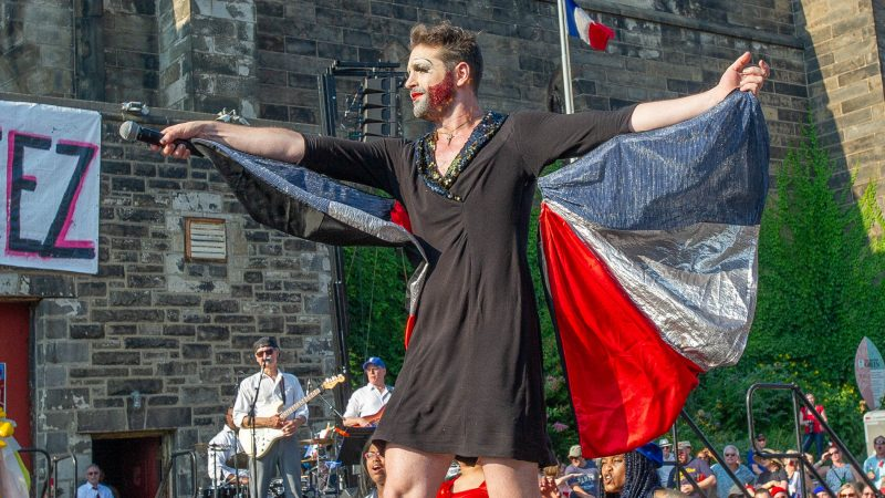 John Jarboe portraying Edith Piaf, rouses the crowd at the start of the Bastille Day Cabaret. (Jonathan Wilson for WHYY)