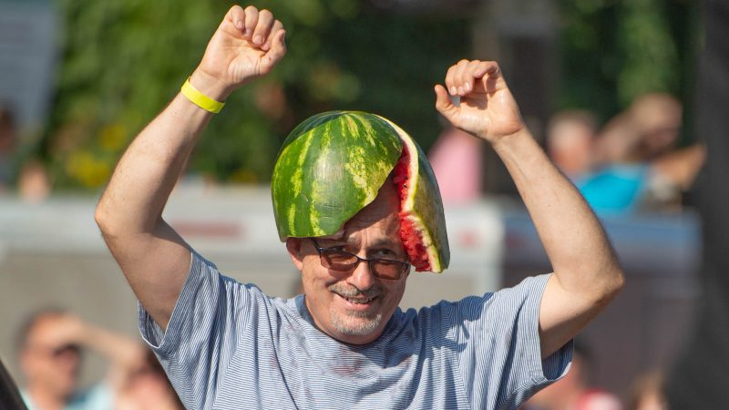After receiving a watermelon from executioner Sean Kelley, a member of the crowd wears the melon on his head. (Jonathan Wilson for WHYY)