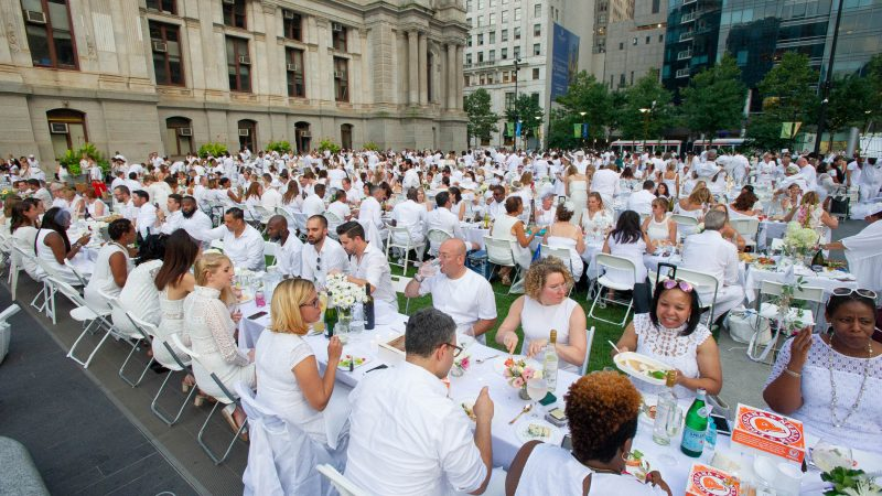 More than 5,500 diners participated in this year's Le Dîner en Blanc. (Jonathan Wilson for WHYY)