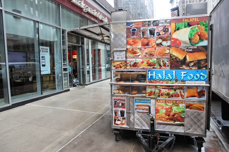 Halal food cart in New York. (Tupungato)