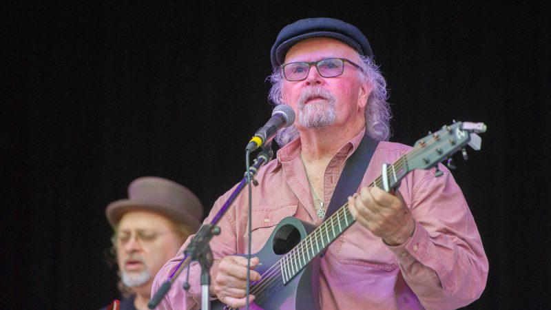 Legendary folk singer Tom Paxton performed for the crowd. (Jonathan Wilson for WHYY)