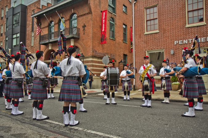 The Philadelphia Pipe Drums band prepares to march to the Betsy Ross House. (Kimberly Paynter/WHYY)