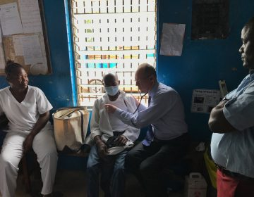 Dr. Paul Farmer examines a tuberculosis patient in Monrovia, Liberia. (Katherine Kralievits / PIH)