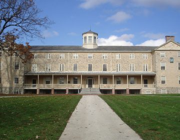 Founders Hall at Haverford College (Jackbauerinvc [CC BY-SA 3.0 https://creativecommons.org/licenses/by-sa/3.0 or GFDL http://www.gnu.org/copyleft/fdl.html ], from Wikimedia Commons)