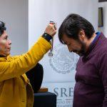 Alicia Kerber Palma le entregó a Obed Arango una pequeña medalla en una cinta verde, roja y blanca. Al estilo de CCATE, Arango dijo que el premio pertenece a la comunidad.. (Kriston Jae Bethel for WHYY)