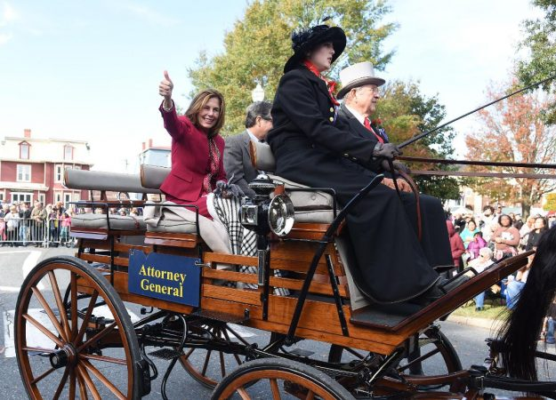 Attorney General-elect Kathy Jennings rides along the parade route in horse and carriage. (Chuck Snyder/for WHYY)