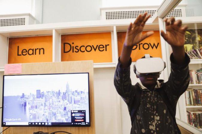 Exploring virtual reality at Logan Library (Neal Santos for PlanPhilly)