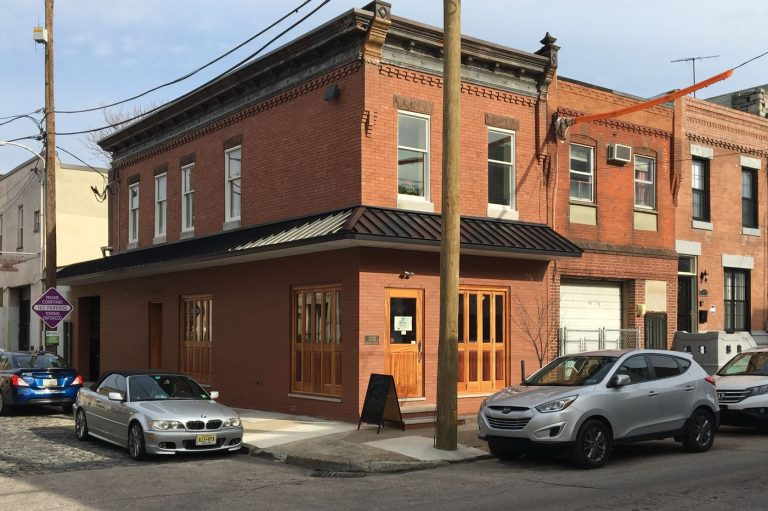 Rowhouse Grocery in Point Breeze (Alfred Lubrano/Philadelphia Inquirer)