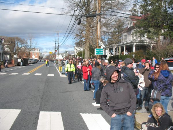 Crowds gather on Broad Street in Middletown just before 1 p.m. (John Mussoni/WHYY)