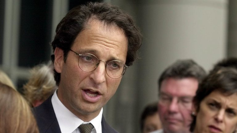 Justice Department prosecutor Andrew Weissmann during the Arthur Andersen trial in Houston in 2002. The legal veteran, whose latest post was with the special counsel's office, is stepping down. (Pat Sullivan/AP)