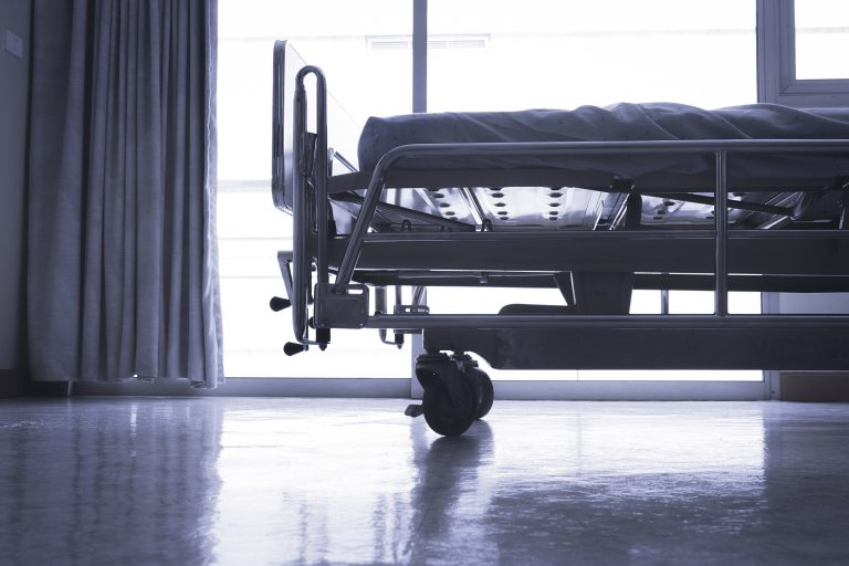 Empty hospital bed. (arPhoenixphoto/BigStock)