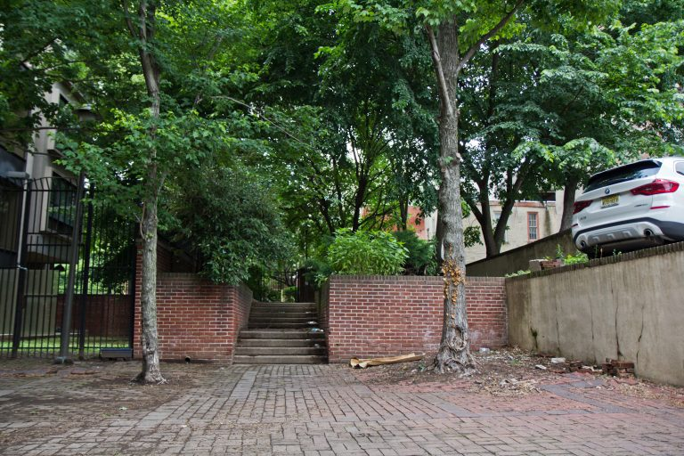 Neighbors say there's been a spike in drug use and public sleeping at Old City's hidden Commerce Street path. (Kimberly Paynter/WHYY)
