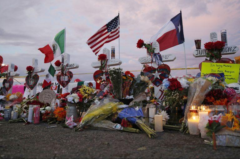 Banderas y cruces en un monumento improvisado cerca de la escena de un tiroteo masivo en un complejo comercial el martes 6 de agosto de 2019 en El Paso, Texas.(AP Photo/John Locher)