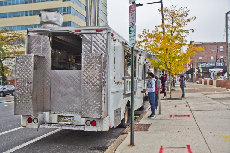 A food vendor near 15th and Spring Garden streets. (Kimberly Paynter/WHYY)