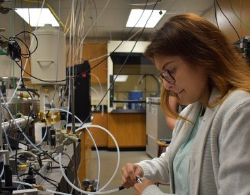 Buckenell chemistry senior Anna Islas connects a vaping device to a hose for testing. (Brett Sholtis/Transforming Health)