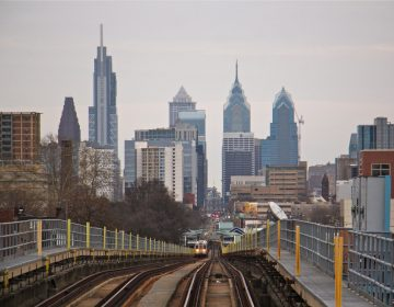 A SEPTA train on the Market Frankford elevated rail line approaches Center City, Philadelphia. (Emma Lee/WHYY)
