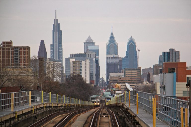 A SEPTA train on the Market Frankford line approaches Center City. (Emma Lee/WHYY)
