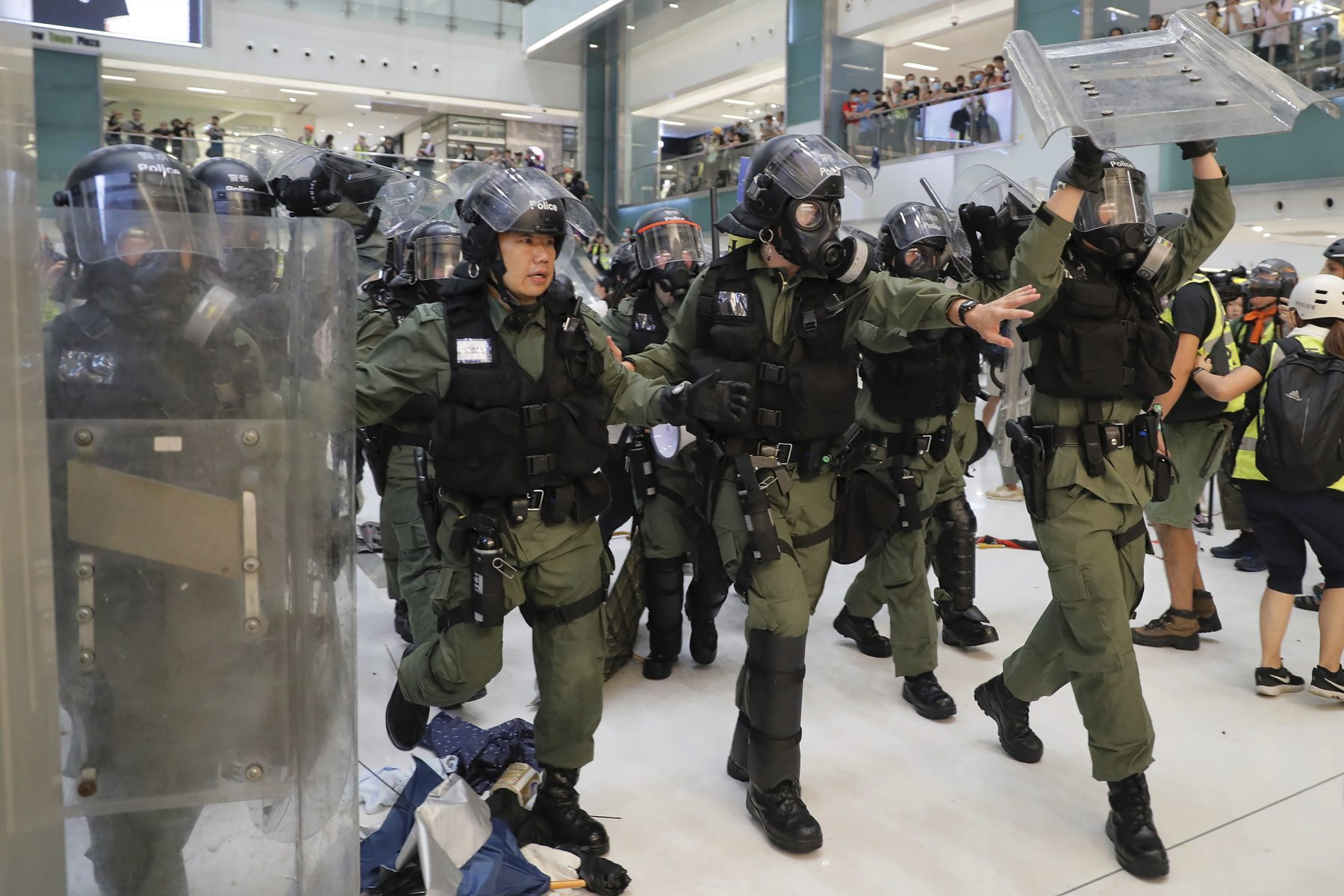 Riot policemen move in to clear the protesters inside a mall in Hong Kong on July 14(AP Photo/Kin Cheung)