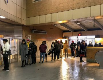 Long lines plagued the SEPTA kiosks at the 46th Street MFL stop on Monday morning. (Layla A. Jones/Billy Penn)