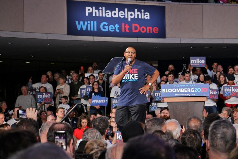 Former Philadelphia Mayor Michael Nutter warms up the crowd at the National Constitution Center for Democratic Presidential candidate Michael Bloomberg. (Emma Lee/WHYY)