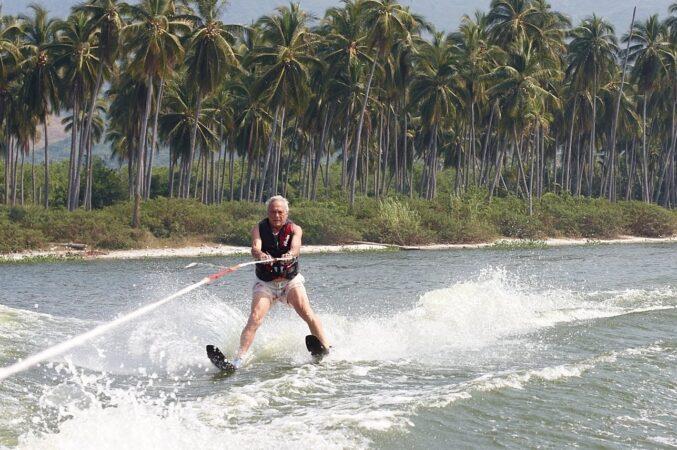 Avram Woidislawsky waterskiing