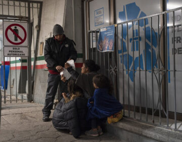 A woman from Guatemala and her two daughters were apprehended upon crossing the U.S.-Mexico border between El Paso, Texas, and Ciudad Juárez, Mexico, and immediately expelled back to Mexico in the early hours of April 2, at the Paso del Norte International Bridge in Juárez.